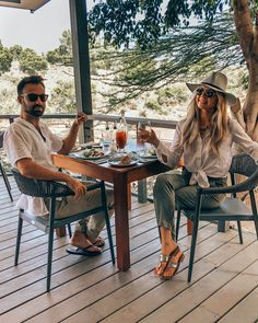 What to Wear on Safari - 14 Essential Items to Pack for Your Safari - Top Trends Safari Outfit Women, Safari Outfits, Safari Clothes, Moda Safari, Safari Hat, Honeymoon Outfits, Vacation Outfits, Africa Safari Lodge, Rehearsal Dinner Outfits