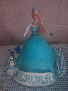 A Laura fez 6 anos e queria um bolo do 'Frozen'. Não me atrevi a grandes moldagens e com uma Barbie tentei relembrar a Elsa O Olaf é que teve direito a ser moldado em pasta de açúcar... Parabéns à Laura.