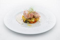 Tonno in lardo di Colonnata su patate al rosmarino, salsa alla senape antica. #villalagorio  #secondopiatto #cucina #pesce #catering #servizio