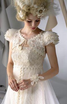 No.66-0042 パフボレロ エンパイアイギリス製のコットンレースをドレスに使用し、チュールのオーバースカートにはトレーン部分にハンドメイドのコード刺繍を施した豪華なドレス フィット感あるボレロはビーディング刺繍とアンティークニットのオートクチュール感覚の一点