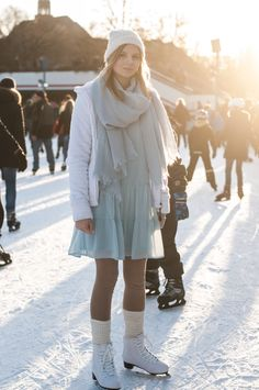 Winter Ice Skating Outfit: Snow Style, Fleece Jacket white, blue scarf, blue volant dress, beautiful skates, boot tops, socks  - Streetstyle, Hamburg, Outfit, Blogger