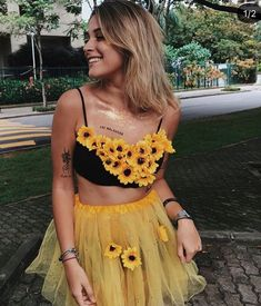 There's nothing more fun than DIY Halloween costumes for children. Halloween is a time that's fun for children, but it … Purim Costumes, Best Friend Halloween Costumes, Halloween Costumes For Teens, Cute Costumes, Diy Halloween, Costume Ideas, Karneval Outfits, Yellow Costume, Flower Costume