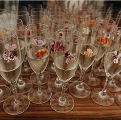 Edible flowers in champagne- way of making a drink simply fancy! Add some edible glitter if u like things extra 🌺🥂✨ Mumu Wedding, Wedding Tips, Dream Wedding, Wedding Day, Drinks Wedding, Wedding Drink Table, Wedding Ceremony, Reception, Post Wedding