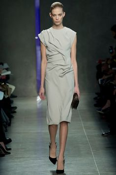La robe gris perle du défilé Bottega Veneta à Milan