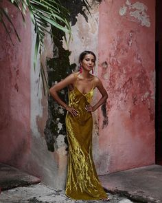 Chic and splendid. Pair a gold-colored velvet dress with pink tassel earrings and white nail polish like for a look that pops in Mexico. Look Fashion, Womens Fashion, Looks Cool, Mannequins, Dress Me Up, Party Dress, Street Style, Style Inspiration, Gowns