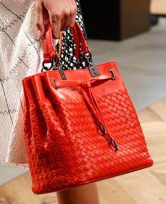 Bottega Veneta Prêt à Porter Primavera-Verão 2016 New Handbags, Fashion Handbags, Tote Handbags, Purses And Handbags, Fashion Bags, Milan Fashion, Trendy Fashion, Luxury Bags, Beautiful Bags
