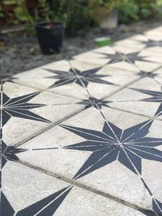 How to makeover your concrete/flag stone paving slabs for under All you need is some sunshine, paint, a PVA bond and a stencil. Concrete Paving Slabs, Patio Slabs, Concrete Garden, Painted Concrete Outdoor, Diy Concrete Slab, Garden Slabs, Patio Flooring, Concrete Crafts, Unique Garden