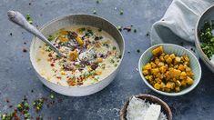 At boksmais (av god kvalitet selvsagt) kan være hovedingrediensen i en knakende god suppe kan muligens overraske flere enn meg. Og får du tak i puffet mais er det strålende å drysse over suppa for ekstra krønsj. Med bacon og gressløk på toppen kan en småspicy maissuppe fort bli en ny familiefavoritt en kjølig vinterkveld. Helt «suppert» er det! Tips: Aller best er det å bruke kokt fersk mais og skjære maiskornene av kolben. Men siden det ikke alltid er tilgjengelig, er det lov å bruke… Creamy Corn, Corn Soup, Slow Cooker Soup, Acai Bowl, Soup Recipes, Food To Make, Bacon, Curry, Food And Drink