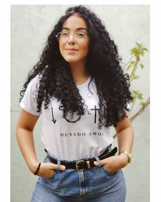 La imagen puede contener: 1 persona Layered Curly Hair, Hair Layers, Persona, Curly Hair Styles, T Shirts For Women, Instagram, Tops, Fashion, Curls