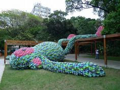 Giant fat monkey made out of 10,000 flip flops! Designed by Florentijn Hofman.  なんてLazyなんでしょう。 ビーサン故に?
