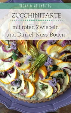 Vegane und vollwertige Tarte mit gelben Zucchini, roten Zwiebeln und einer Cashewcreme mit Kräutern als Füllung. Das Rezept ist perfekt für den Sommer und lässt sich sehr gut vorbereiten. clean, vegan, vollwertig