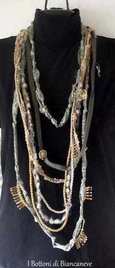Multicollana di passamanerie tonalità verde e charms dorati : Collane di ibottonidibiancaneve