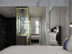 """El INK Hotel Amsterdam debe su nombre al rico pasado del edificio como antigua sede del periódico holandés De Tijd, donde además de dar forma a las noticias, se redactaban e imprimían los periódicos. En el INK Hotel son muchas """"las historias que están por escribir"""". El lujoso INK Hotel Amsterdam, donde las normas tradicionales de hospitalidad se trasladan de forma libre a la actualidad, redefine el concepto del """"lujo"""" con un vanguardista y galardonado diseño en pleno coraz..."""