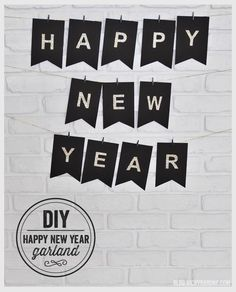 Very easy DIY Happy New Year garland to make in no time. A collection of ideas on how to make easy DIY New Year decorations for the ultimate party. Diy New Years Eve Decorations, New Years Party Themes, New Years Eve Party, Happy New Year Quotes, Happy New Year 2016, Deco Nouvel An, Silvester Diy, Making Glass, Scrapbook Paper
