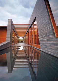 Utiliza como límites materiales no sólidos, permite que se transmita una sensación de flexibilidad a través de bambú, agua, cristal, algo que sea menos imponente