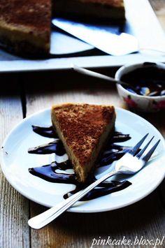 Wegański sernik z kawą, czekoladą i śliwkami