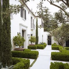 daniel c.villa off-sunset, los angeles Classic Garden, Classic House, Formal Gardens, Outdoor Gardens, Exterior Design, Interior And Exterior, Beautiful Gardens, Beautiful Homes, Landscape Design