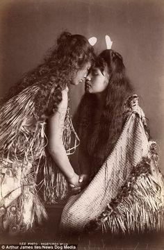 les-sources-du-nil: Arthur James Iles Maori Women, New Zealand, circa Museum Victoria Tahiti, Old Photos, Vintage Photos, Polynesian People, Polynesian Art, Polynesian Culture, Maori People, Maori Designs, Photo D Art