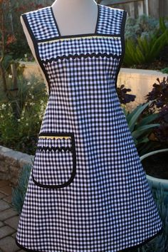 I do love gingham aprons! A whole piece apron with added straps. Apron Pattern Free, Vintage Apron Pattern, Aprons Vintage, Retro Apron Patterns, Sewing Aprons, Sewing Clothes, Sewing Hacks, Sewing Projects, Costura Fashion