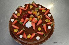 Tarta cu capsuni si ciocolata - fara coacere | Savori Urbane Birthday Cake, Baking, Desserts, Food, Pie, Tailgate Desserts, Birthday Cakes, Meal, Patisserie