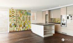 Tapeta i panel szklany nad blatem kuchennym z podobnym motywem | FREZO Wall Design