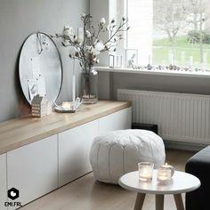 Een hoek waarin het tv meubel en de vensterbank bij elkaar betrokken zijn. TV meubel: Besta van IKEA. Eikenhoutenplank van een houtzagerij. Poef: House of Khmissa. Accessoires: Madam Stoltz, Ontwerpduo, Hay, HEMA. Zijdebloemen: Loods5.