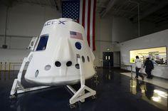 Dos turistas darán la vuelta a la luna en 2018 a bordo de la nave espacial Dragon, de la compañía privada SpaceX, con apoyo de la NASA.