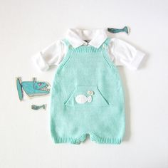 Diy Crafts - Knitted overalls in turquoise with pocket and fishes. READY TO SHIP size months Knitted Baby Clothes, Knitted Romper, Baby Kids Clothes, Knitting For Kids, Baby Knitting Patterns, Baby Patterns, Crochet Playsuits, Baby Pants, Baby Kind