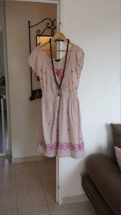 Articles similaires à robe rose brodée mi longue taille unique fleurs sur  Etsy 2c3ccd94b272