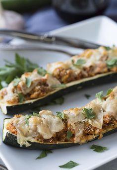 Pendant la saison des courgettes, on en profite pour les farcir avec du thon. Très facile de faire un plat léger et réconfortant !