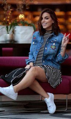 Look: Jaqueta Jeans + Vestido Listrado com Tênis