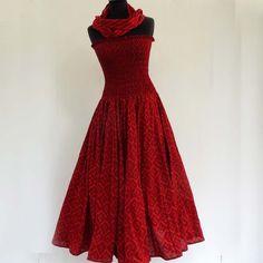 Robe bustier en coton bordeaux à petits motifs ton sur ton, top smocké sur jupe 45 pans : Robe par akkacreation
