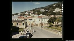 Vista de la calle principal desde el Grand Hotel en la isla de St. Thomas tomada en diciembre de 1941 por el fotógrafo Jack Delan