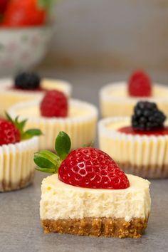 Easy Mini Cheesecakes - R - kleine Torten / Kuchen - Perfect Dessert and Recipes Mini Cheesecake Recipes, How To Make Cheesecake, Mini Cheesecake Cupcakes, Mini Strawberry Cheesecake, Personal Cheesecake Recipe, Caramel Cheesecake Bites, Cheesecake Tarts, Chocolate Cheesecake, Pumpkin Cheesecake