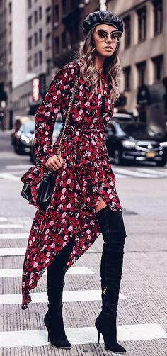 Musa do estilo: Annabelle Fleur. Boina preta, vestido vermelho com estampa floral, bota over the knee preta