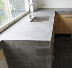 Groot betonnen blad met echt massief eiken houten keukendeuren en ikea keuken kasten in de stijl van piet boon en paul van de kooi. Maatwerk keukens voor een vriendelijkere prijs.