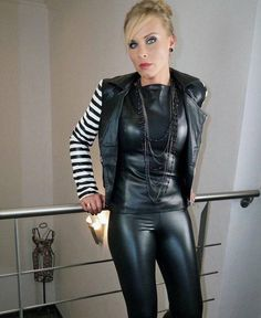 Very stylish mature Lady in black Leather Pants and matching black Leather Top Sexy Outfits, Pretty Outfits, Tight Leather Pants, Leder Outfits, Black Leather Dresses, Shiny Leggings, Sexy Older Women, Leather Fashion, Lady