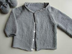 Façon de coudre les boutons pression : en cousant préalablement un biais sur le tricot. Cette façon de procéder permet de ne plus avoir à faire de boutonnière sur un tricot.. En revanche, on peut marquer l'emplacement de ces pressions en cousant à l'extérieur un bouton, un mini pompon .. etc