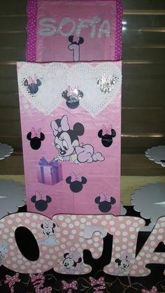 Caja para obsequios. Para cumpleaños temático de Minnie Bebé (la caja mide 80cm de alto y 35 cm de ancho. )
