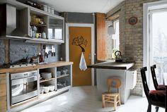 Køkken med rå mure, gasbeton og rustik bordplade