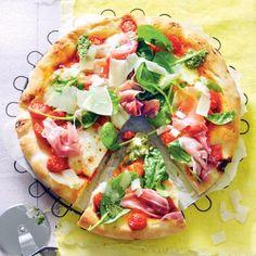 Genieten! Verse pizza met tomaatjes, parmaham en spinaziepesto. #JumboSupermarkten #vers #pizza