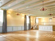 Festsaal in `Sarastro`.   Gelbe Wandfarbe Kreidefarbe