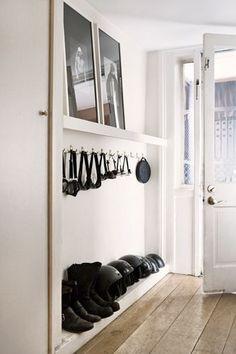 Entrée couloir étroite avec des rangements fins aménagés