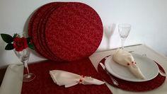 Kit jantar 8 lugares em tecido algodão e oxford vermelho e marfim.    O Kit 8 lugares é composto por:  8 sousplat em mdf 35 cm,  8 capas com elástico,  8 guardanapos em tecido oxford 40 cm,  8 porta-guardanapos de pedrarias,  1 caminhos de mesa 2.20 m.    Faço em outras cores sugeridas pelo cliente.