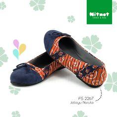 Flatshoes cantik dengan batik cap halus kombinasi suede. Sol karet anti selip.