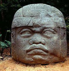 Самым удивительным памятником ольмекской цивилизации являются гигантские каменные головы, созданные в период между 1200 и 900 гг. до н.э., высотой 3 м и весом до 40 т.