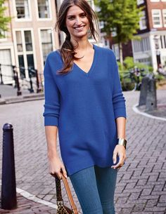 When you're rushing out of the door, pull on this textured V-neck jumper and you'll look put-together in no time. Slim sleeves and flattering side splits create an elegant shape. The relaxed fit with chunky wool-and-cotton yarn will keep you feeling comfortable and cosy all day.