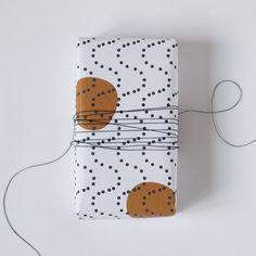 Jessica Nielsen is een ontwerper uit Rotterdam met een liefde voor het maken van patronen en vrolijke en helder gekleurde dessins.