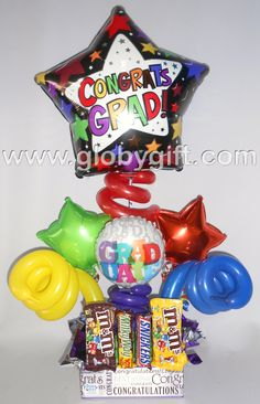 Arreglo de graduación con globos y dulces