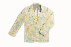 MONITALY 的創立來自美籍日本設計師對於美國傳統文化的熱愛,以其獨特的品味眼光以及對於製衣工匠的尊敬之心,創造出融合傳統與創新的美式休閒風格。此件 Blazer 版型的西裝夾克便是本季的別著單品,材質上選用混合棉料與亞麻的棉質帆布製作,並加上 Hawaiian Sand 夏威夷花卉圖樣,呈現豐富的夏日風情。